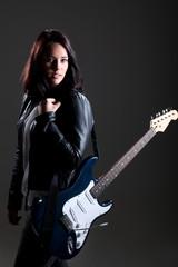 Junge Frau mit E Gitarre im Foto Studio