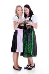 Beste Freundinnen in Dirndl Tracht Mode mit Bier Krug
