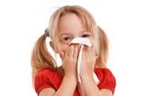 Kleines hübsches Mädchen putzt ihre Nase
