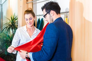 Paar sucht Möbel Bezug in Einrichtungsgeschäft aus
