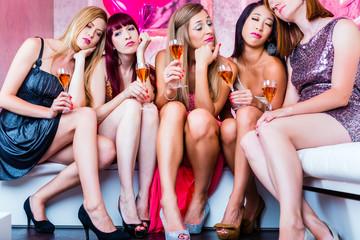 Frauen feiern im Nachtclub bis in den Schlaf