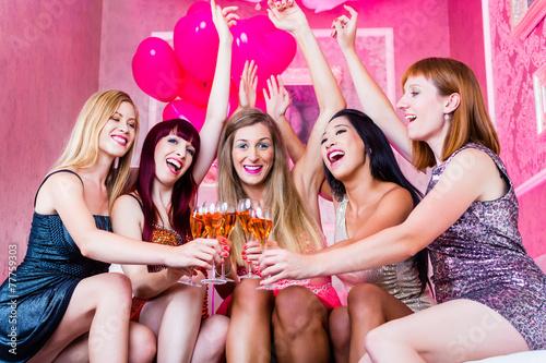 Frauen feiern im Nachtclub oder Disco - 77759303
