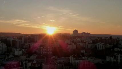 Time-lapse du soleil se couchant au dessus d'une ville