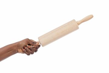 femme noire frappant avec rouleau à pâtisserie