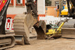Verschiedene Baumaschinen parken auf einer Strassenbaustelle