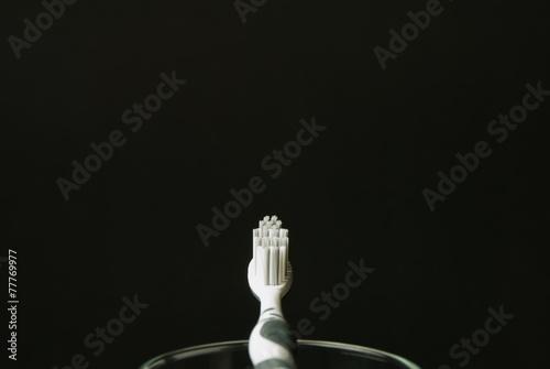 canvas print picture Zahnbürste mit Glas