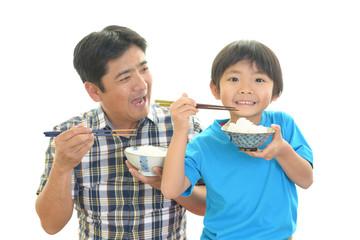 ご飯を食べる親子