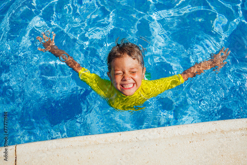 Boy in the pool - 77771944