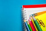 mavi arka planda ders araç gereçleri