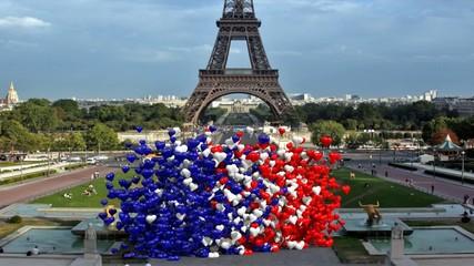 Nuvola di cuori colore Francia che si alza davanti Eiffel