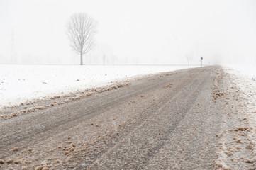 Strada carrabile coperta di neve ghiacciata