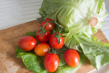 Insalata e pomodori su tagliere