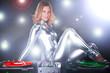 Junge sexy DJ Frau mit Schallplatten Spieler im Disco Licht