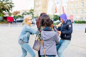 Gruppe Mädchen wird von Räuber bedroht