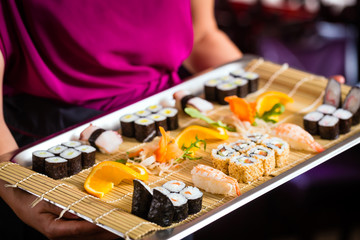 Kellnerin mit Sushi in Asia Restaurant