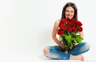 Портрет красивой молодой жизнерадостной женщины с букетом цветов