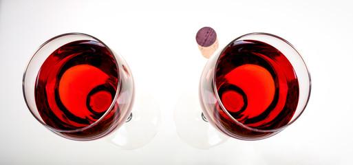Rotweingläser und Naturkorken