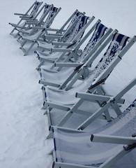 Reihe Liegestühle im Schnee