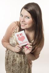 Junge Frau zeigt stolz ihre Valentinskarte