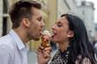 canvas print picture - Paar beim Eis essen