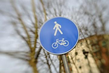 Segnale di pista ciclabile e pedonale tilt shift