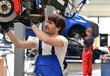 KFZ Mechaniker repariert Bremsen am Auto // succesfull workman