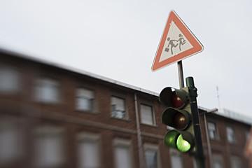 segnale di scuola e semaforo verde tilt shift