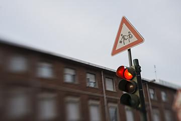 segnale di scuola e semaforo rosso tilt shift
