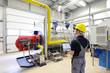 Techniker kontrolliert Heizungsanlage in d. Industrie - 77840705