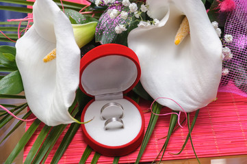 Wedding rings and the bouquet with Calla Flowers