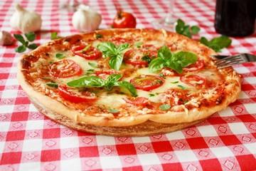 Pizza Margherita mit Tomaten, Basilikum, Majoran und Mozzarella
