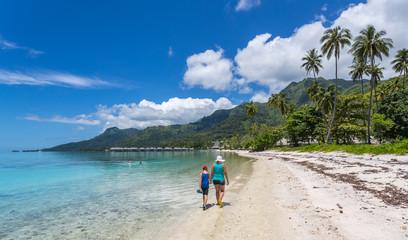Famille sur une plage polynésienne