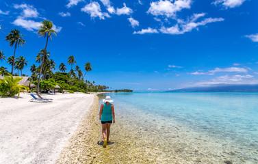 Promenade sur une plage polynésienne