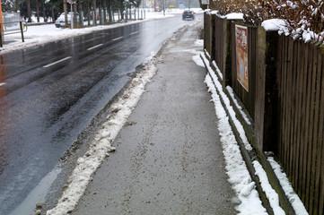 Schnee auf Gehweg