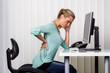 Frau mit Rückenschmerzen im Büro - 77847985