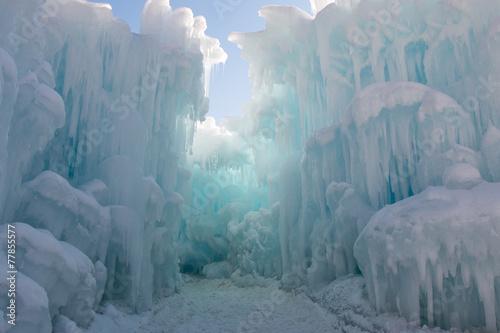 Path between ice walls - 77855577