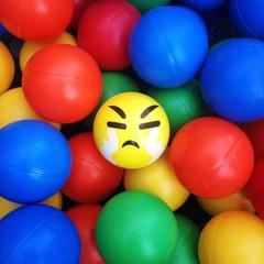 Pelota con cara enojada