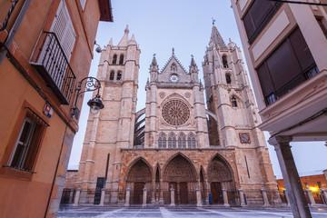 Calle y Catedral de León, España.