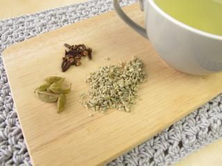 Grüner Kaffee mit Kardamom und Gewürznelken