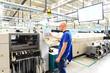 Leinwanddruck Bild - Maschinen und Arbeiter in einer Fabrik für Mikroelektronik