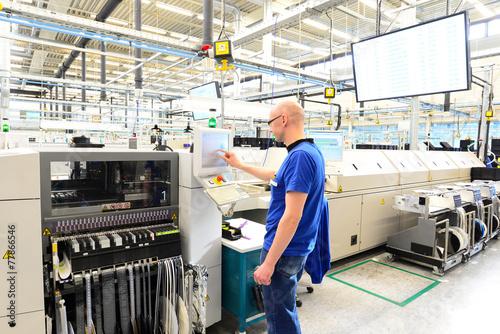 Leinwandbild Motiv Maschinen und Arbeiter in einer Fabrik für Mikroelektronik