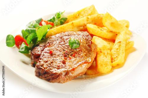 O smaku grillowanego mięsa z frytkami na talerzu