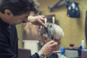 Seniorin beim Friseur