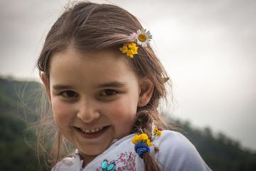 Bambina picnic Pasqua con corona fiori