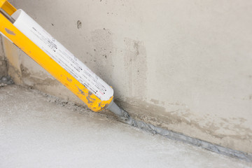 木造住宅の基礎工事 防湿用のコーキング作業