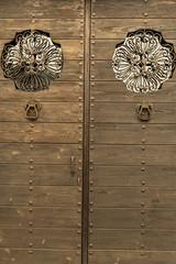 Puerta de madera decorada.