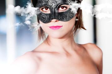 Mujer joven y hermosa con máscara de carnaval Moda y Fantasía