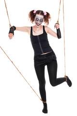 gruselige Marionette an Seilen