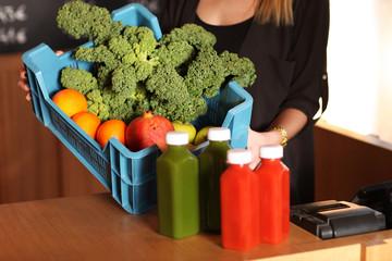 Gemüse und Gemüsesäfte auf der Theke