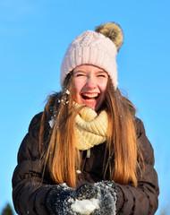 Mädchen im Schnee lachen